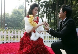 Chinese man proposes with dress made of 9999 roses...